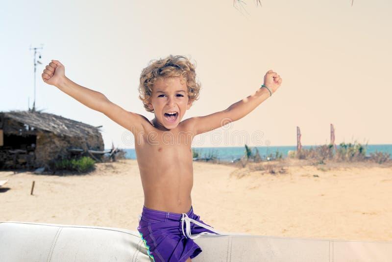 Dziecko na plaży krzyczy szczęśliwego obrazy royalty free