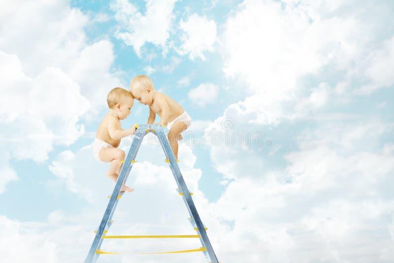 Dziecko na stepladder boju dla pierwszy miejsca nad niebieskim niebem obraz stock