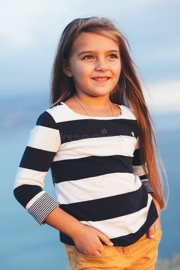 Dziecko nad błękitnym morzem zdjęcie stock