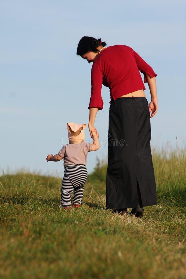 dziecko najpierw robi krokom