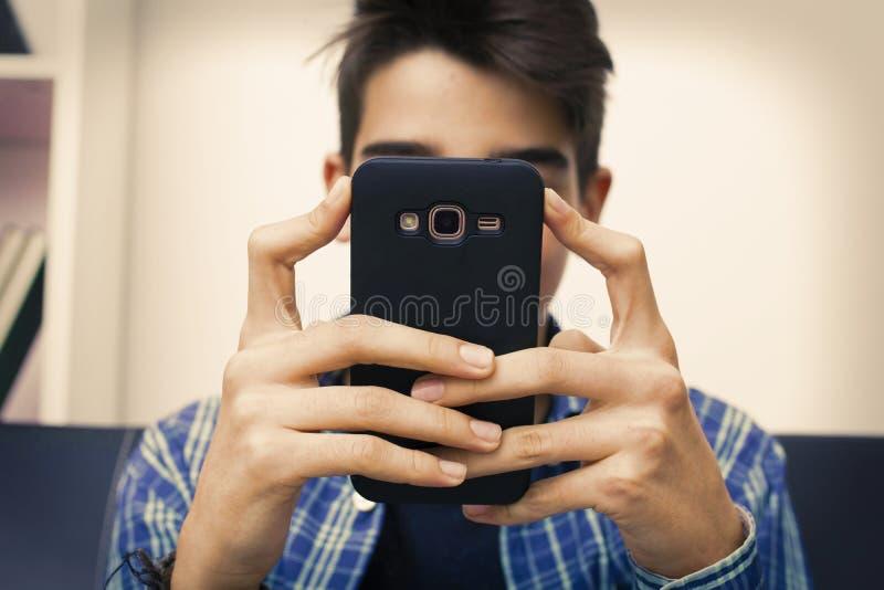 Dziecko, nastolatek lub preteen z telefonem komórkowym, obrazy royalty free