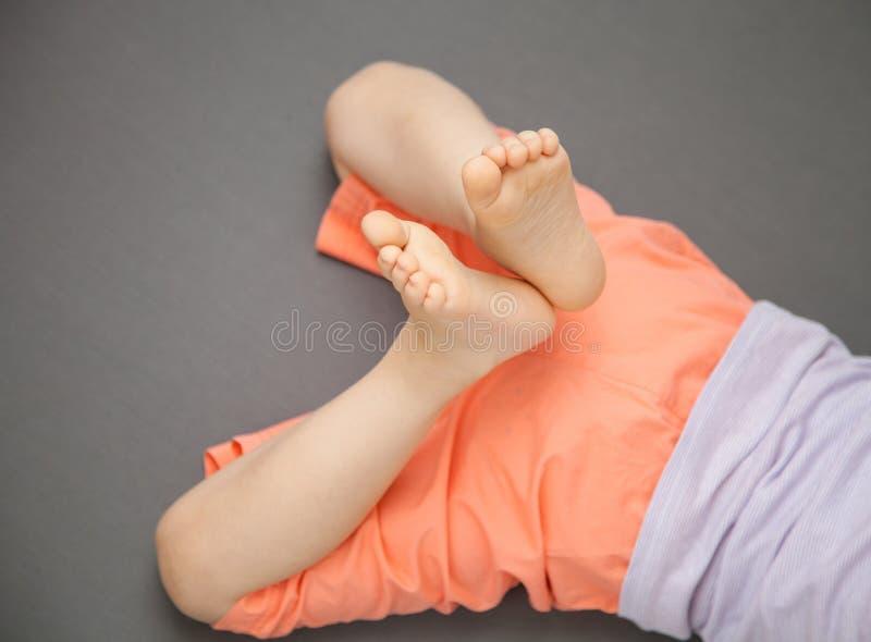 Dziecko nogi na popielatym tle zdjęcie stock