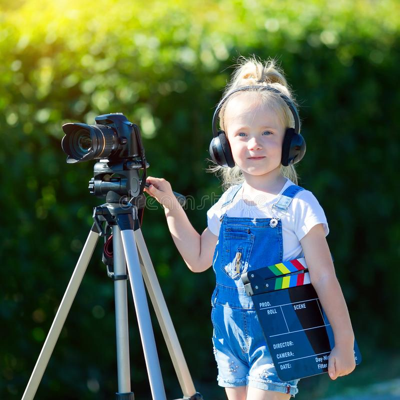 Dziecko nowicjusza wideo blogger z kamerą i tripod zdjęcia royalty free