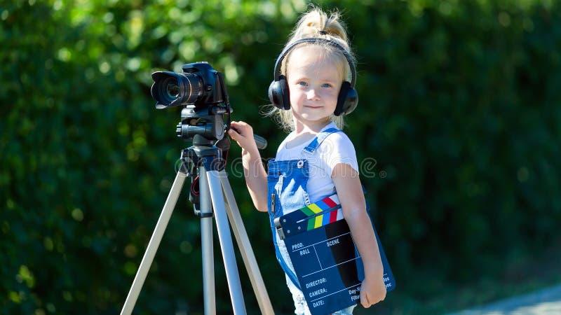 Dziecko nowicjusza wideo blogger z kamerą i tripod zdjęcie royalty free