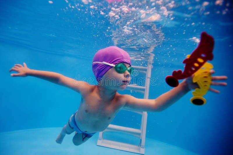Dziecko nurkuje w basen dla zabawki zdjęcia stock