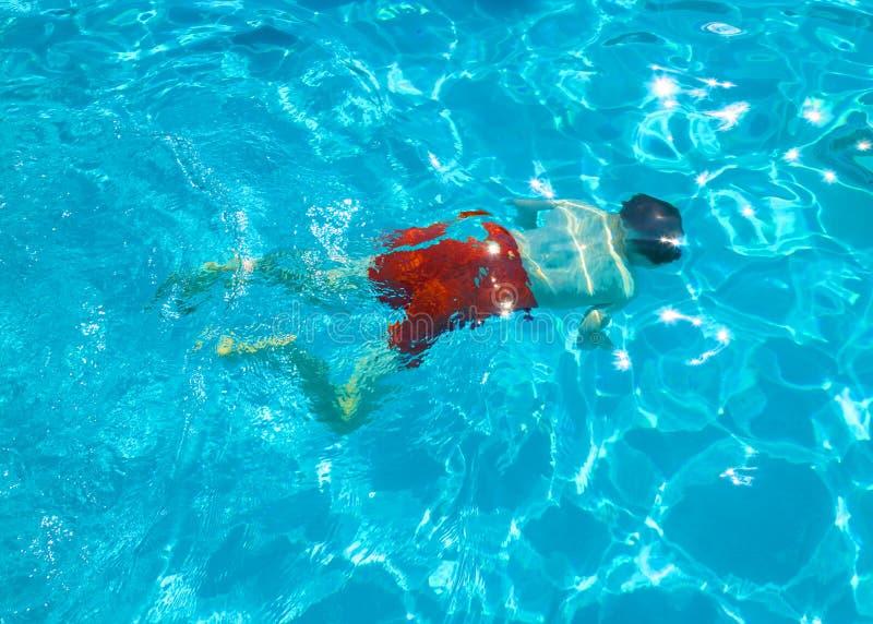 Dziecko nurkuje w basenie obrazy royalty free