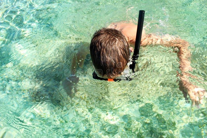 Dziecko nurkuje w morze fotografia royalty free