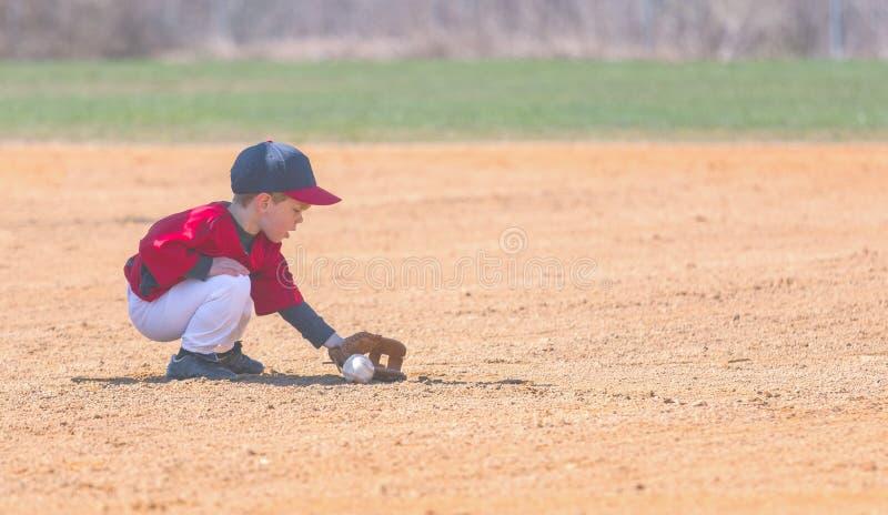 Dziecko Odpowiada Zmieloną piłkę Podczas baseball gry zdjęcie stock