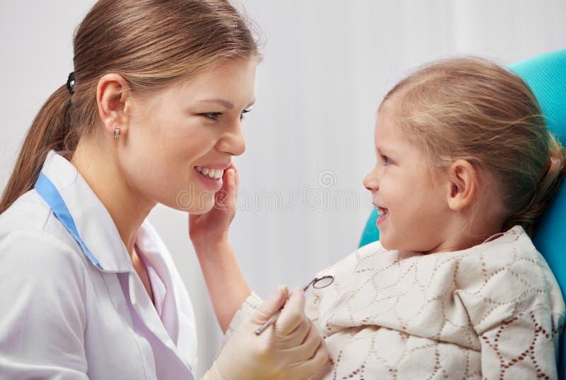 Dziecko odwiedza lekarkę zdjęcie stock