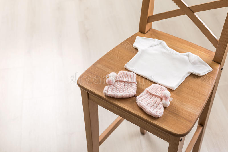 Dziecko odziewa na krześle obrazy stock