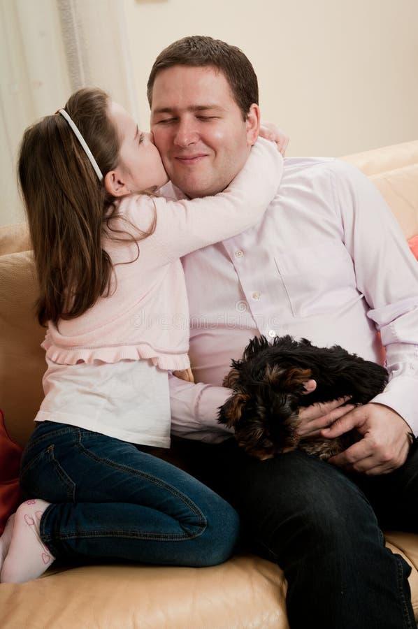 dziecko ojciec jej całowanie fotografia stock