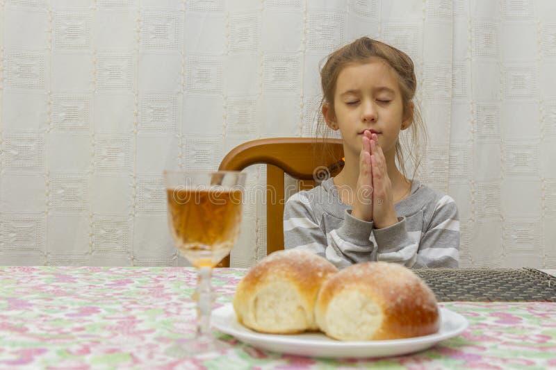 Dziecko ono modli się przy Shabbat Mały Żydowski sabat obrazy stock