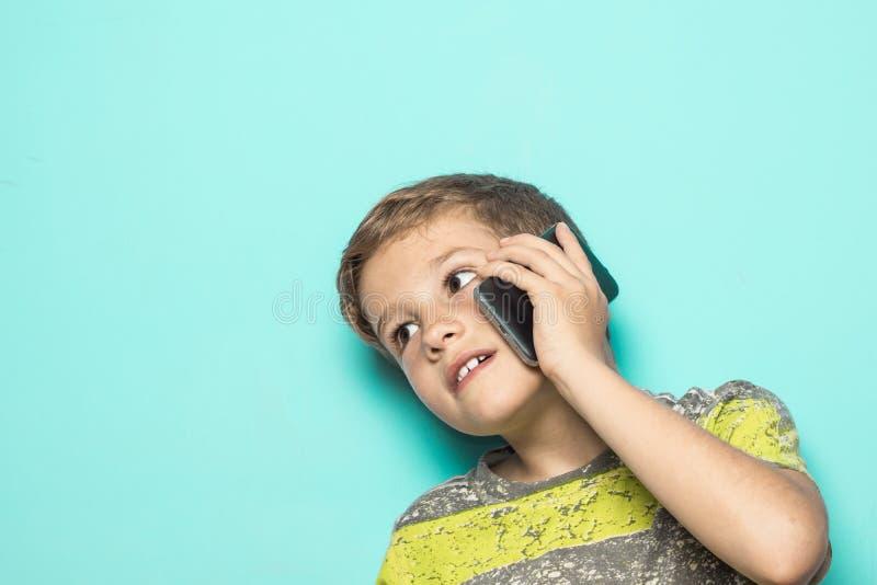 Dziecko opowiada na telefonie komórkowym zdjęcie royalty free