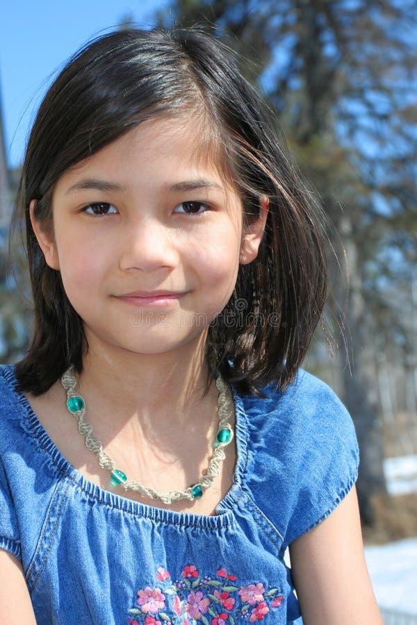 Dziecko outdoors ono uśmiecha się zdjęcie stock
