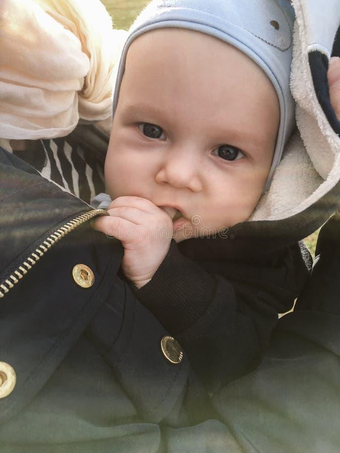 Dziecko outdoors ssa jego odrętwiałego obrazy royalty free