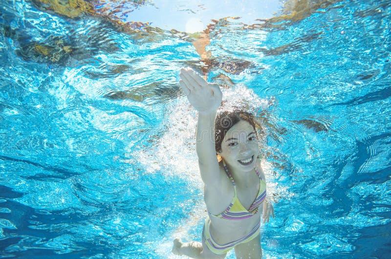 Download Dziecko Pływa W Basenie Podwodnym, Dziewczyna Zabawę W Wodzie Zdjęcie Stock - Obraz złożonej z sport, szczęśliwy: 57654314