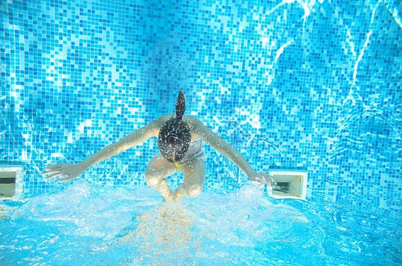 Download Dziecko Pływa W Basenie Podwodnym, Dziewczyna Zabawę W Wodzie Zdjęcie Stock - Obraz złożonej z leisure, dzieciaki: 57655758