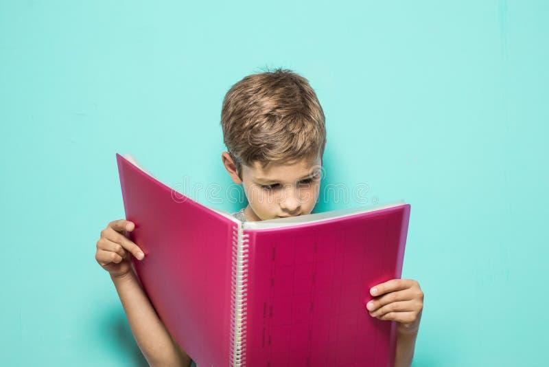 Dziecko patrzeje praca domowa notatnika obraz royalty free