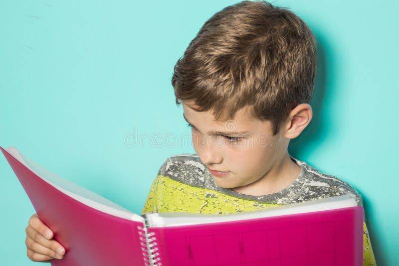 Dziecko patrzeje praca domowa notatnika obrazy stock