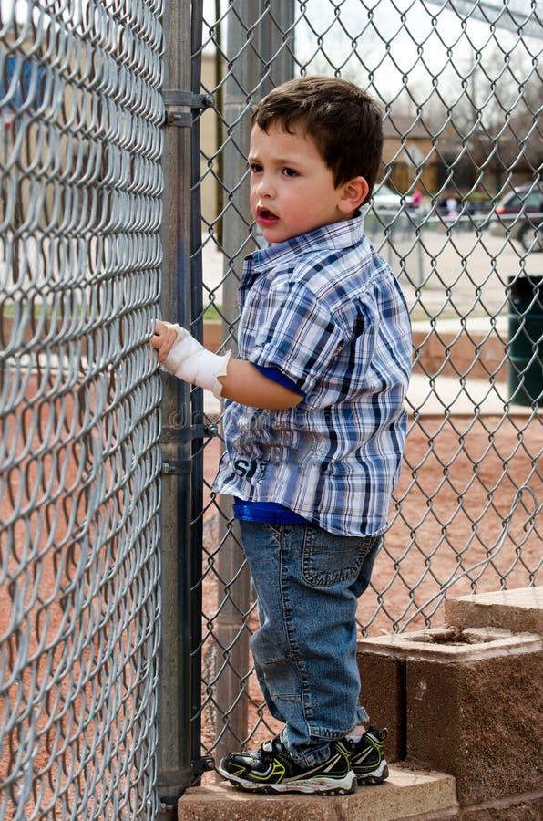 Dziecko patrzeje przez ogrodzenia zdjęcia royalty free