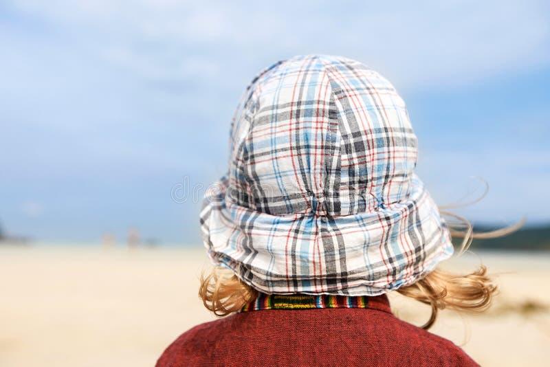 Dziecko patrzeje w nieskończoność seascape obraz royalty free