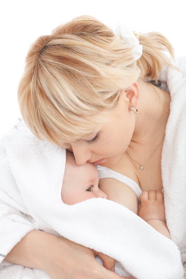 dziecko pierś - karmiący jej matki dziewczynie fotografia royalty free