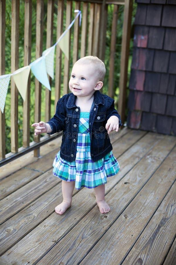 dziecko pierwszy kroki zdjęcie stock