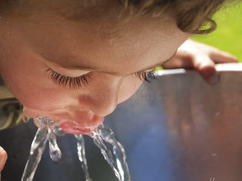 dziecko pije fontanna spragniona zdjęcia royalty free