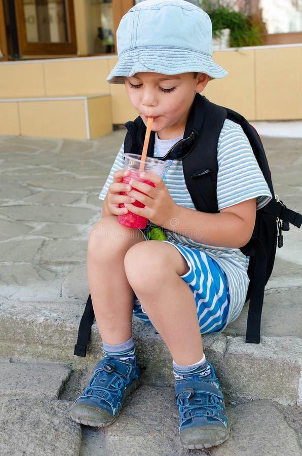 Dziecko pije lodowego napój zdjęcie royalty free