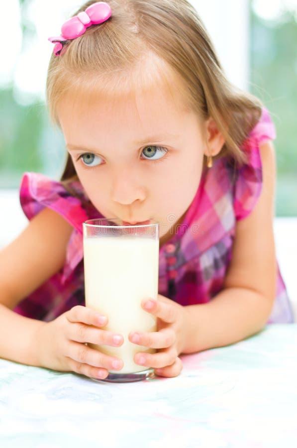 Dziecko pije mleko indoors obrazy royalty free