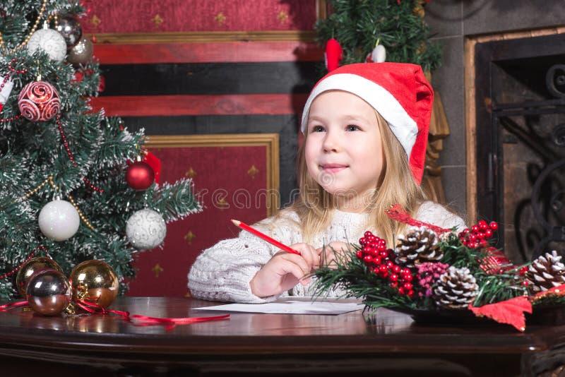 Dziecko pisze liście Święty Mikołaj obrazy stock