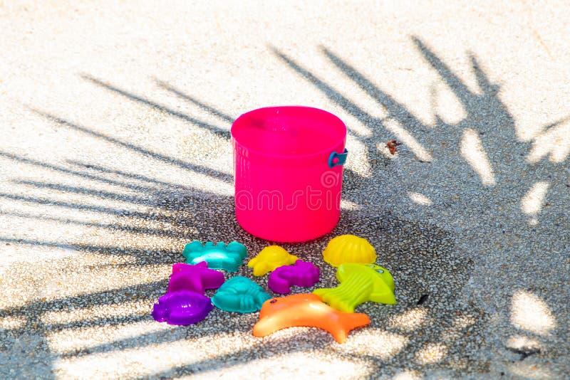 Dziecko plażowa jaskrawa menchia bawi się na piaskowatym betonowym tle obrazy royalty free