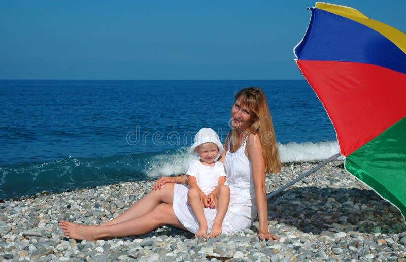 dziecko plażowa matka obraz stock