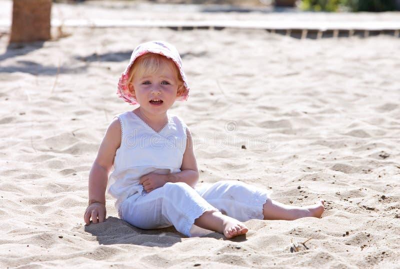 dziecko plażowych kapeluszu różowego siedzi młody obrazy royalty free