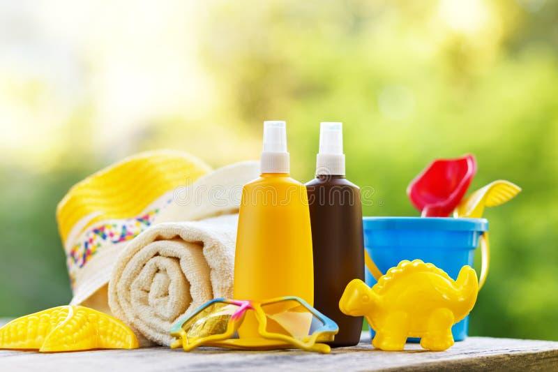 Dziecko plaży i sunscreen akcesoria obraz stock