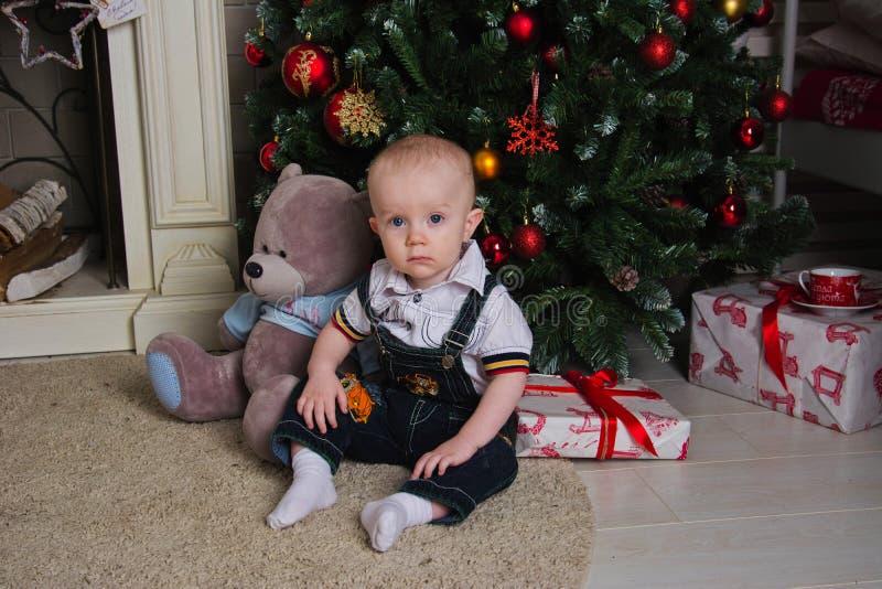 Dziecko pod choinką zdjęcie royalty free