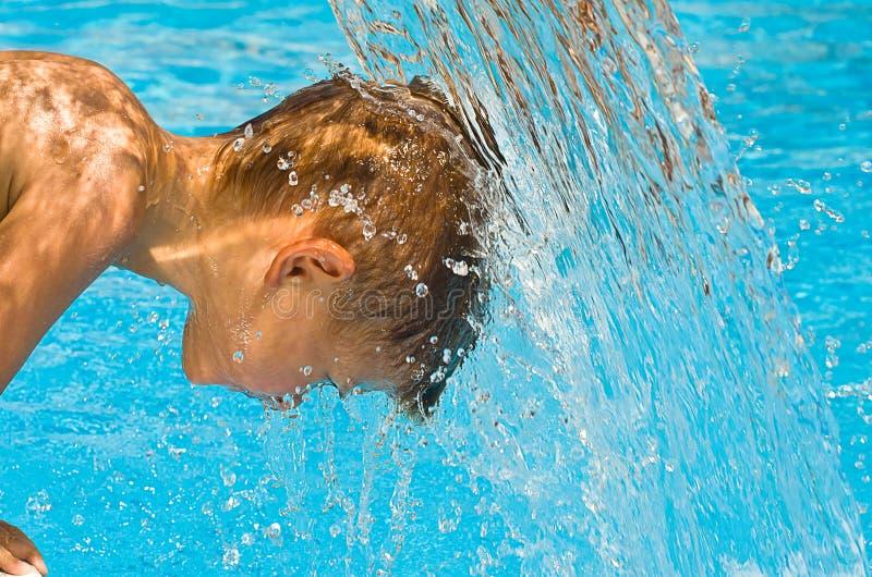 Dziecko pod strumieniem woda obrazy stock