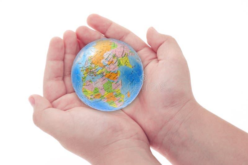 dziecko podaj globus gospodarstwa puzzle. obraz stock