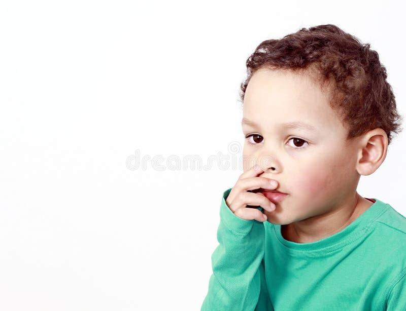 Dziecko podnosi jego nos obraz stock