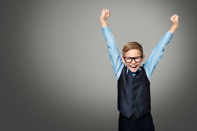 Dziecko Podnosi Up ręki w szkłach, Szczęśliwa dzieciak chłopiec w Eyeglasses obrazy royalty free