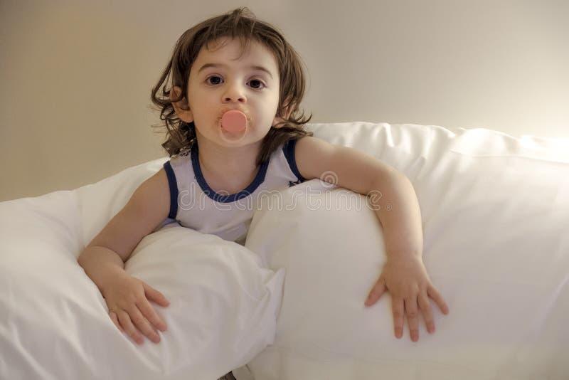 Dziecko poduszki nowonarodzone iść łóżko - przekonuje zmęczonego śpiącego dziecka zdjęcie royalty free
