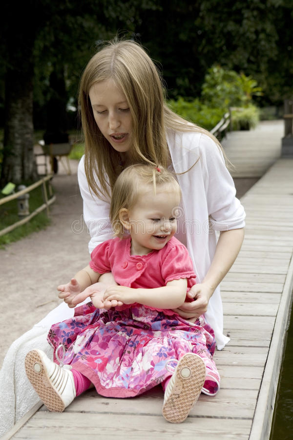 dziecko pojedyncza mienie jej matka zdjęcie royalty free