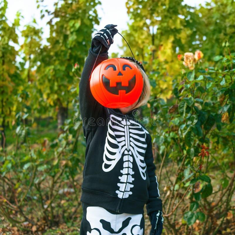 Dziecko pokazuje Halloweenowego dyniowego Jack O'Lantern kosz obrazy stock