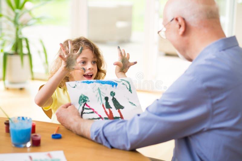Dziecko pokazuje pięknego rysunek jego dziad fotografia stock