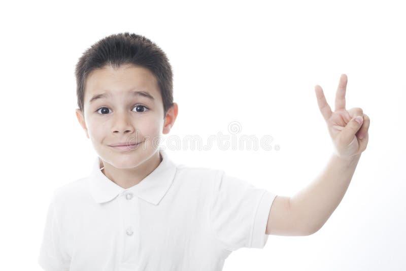 Dziecko pokazuje pokoju znaka fotografia royalty free