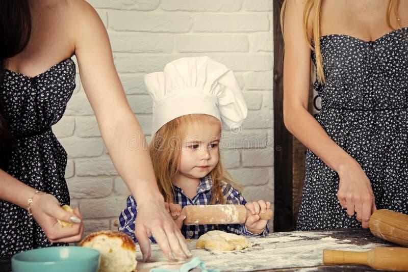 Dziecko pomaga na kuchni obrazy stock