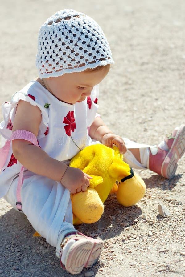 dziecko posiedzenie uziemienia zdjęcie stock