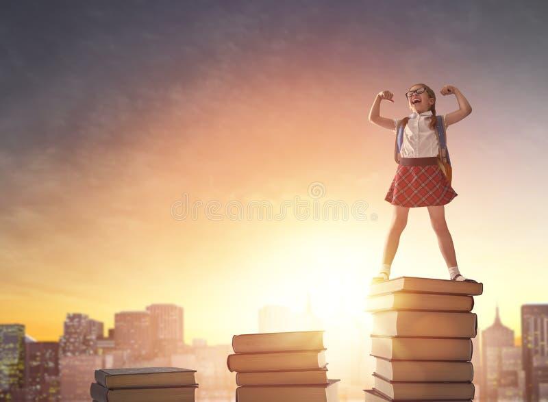 Dziecko pozycja na książkach obraz stock