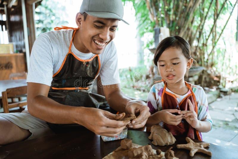 Dziecko pracuje z gliną robi garncarstwu zdjęcia royalty free