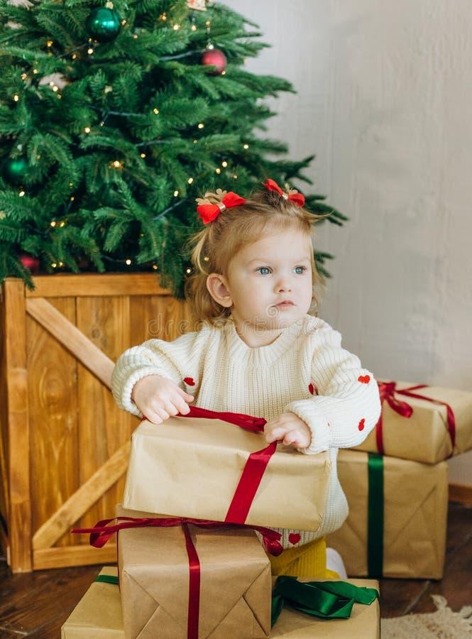 Dziecko prezenta pudełka choinka odsupłuje faborki zdjęcie royalty free